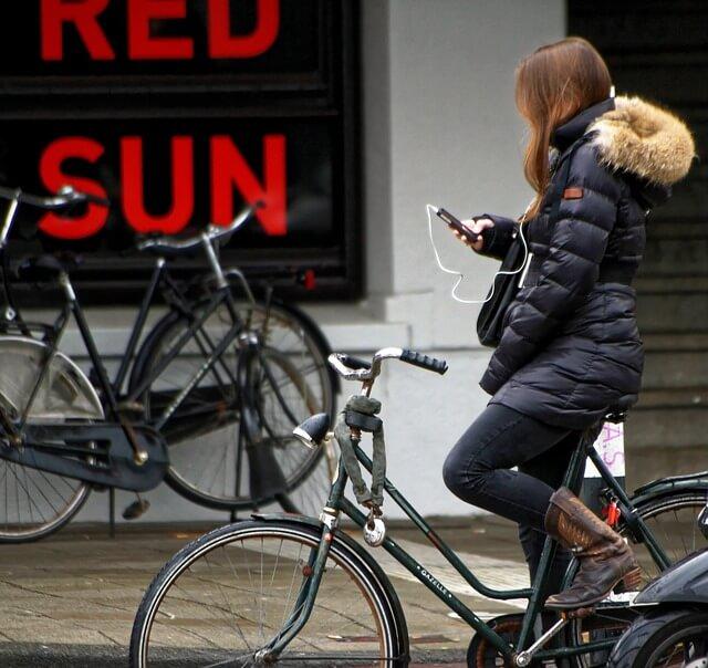 smartphone gebruiken op de fiets is verboden
