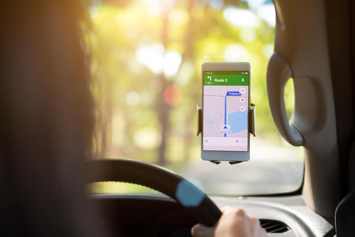 smartphone mag in de auto, maar wel enkel in een houder